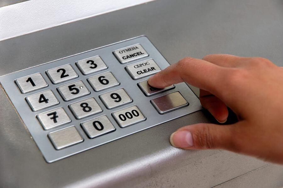 Банкомат Сбербанка зажевал карту и не вернул